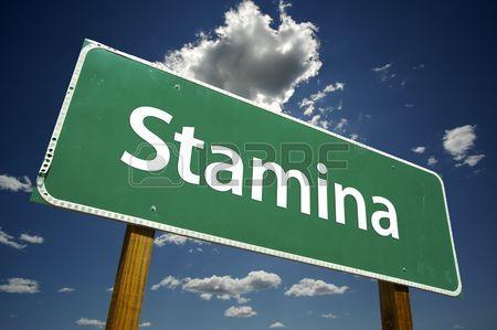 3335693-劇的な雲と空とスタミナの道路標識。