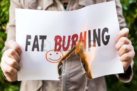 54532443-女性は文脂肪燃焼と燃焼の紙を保持しています。